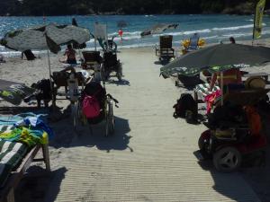 chemin d acces plage avec ammenagement fauteuil