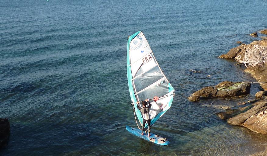 Illustration planche à voile en train de partir sur l'eau